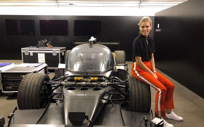 Женщина одержала победу в гонке с беспилотным автомобилем